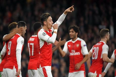 Ozil lap hat-trick, Arsenal ha guc Ludogorets - Anh 3