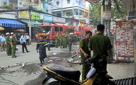 Cua hang tien loi chay du doi, nguoi nha tren lau lieu minh xong ra - Anh 1