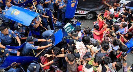 Kinh hai xe canh sat Philippines tong nguoi bieu tinh - Anh 1