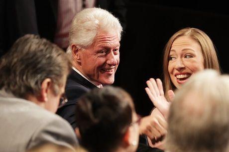"""Ba Clinton va ong Trump """"khau chien"""" trong 6 van de - Anh 2"""
