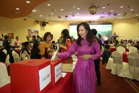 Phu nu Viet o Sec danh qua tang 20/10 ung ho dong bao mien Trung - Anh 2