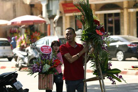 Quy ong tat bat mua hoa mung ngay Phu nu Viet Nam 20/10 - Anh 1