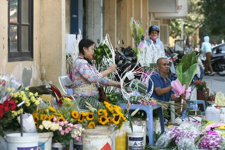 Quy ong tat bat mua hoa mung ngay Phu nu Viet Nam 20/10 - Anh 2