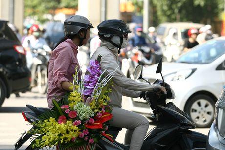 Quy ong tat bat mua hoa mung ngay Phu nu Viet Nam 20/10 - Anh 9