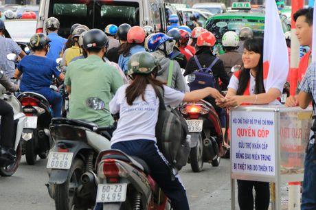 Xuc dong nhung nghia cu cao dep cua nguoi dan TP.HCM huong ve mien Trung - Anh 12