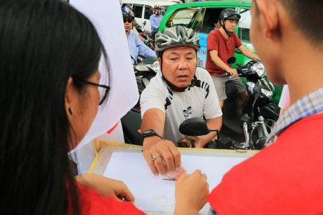 Xuc dong nhung nghia cu cao dep cua nguoi dan TP.HCM huong ve mien Trung - Anh 1