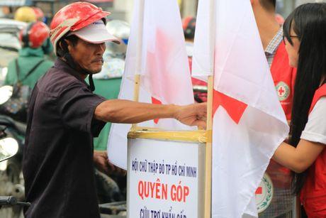 Xuc dong nhung nghia cu cao dep cua nguoi dan TP.HCM huong ve mien Trung - Anh 3