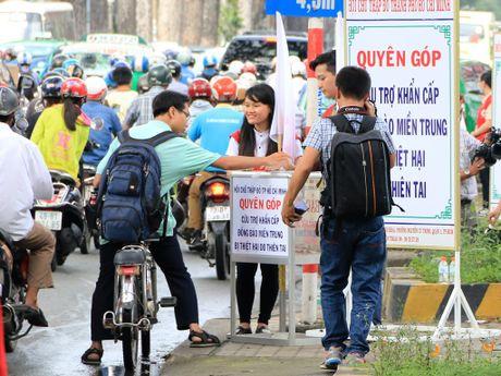Xuc dong nhung nghia cu cao dep cua nguoi dan TP.HCM huong ve mien Trung - Anh 4