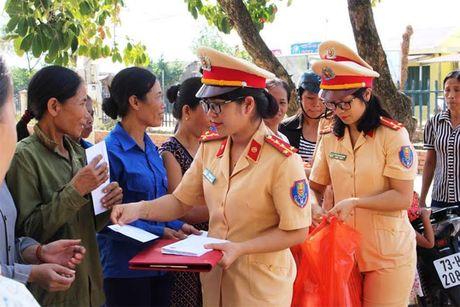 Nu Canh sat Giao thong trao qua ho tro phu nu kho khan ngay 20-10 - Anh 1