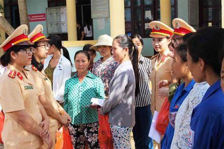 Nu Canh sat Giao thong trao qua ho tro phu nu kho khan ngay 20-10 - Anh 2