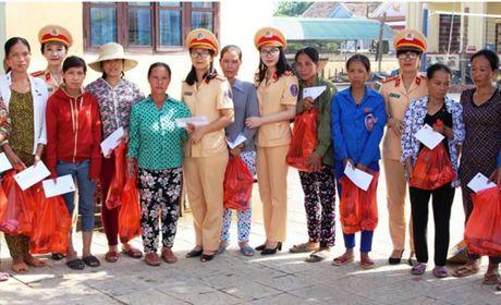 Nu Canh sat Giao thong trao qua ho tro phu nu kho khan ngay 20-10 - Anh 4