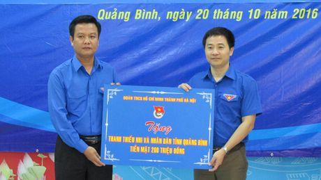Thanh doan Ha Noi trao qua cho nguoi dan vung lu Quang Binh - Anh 1