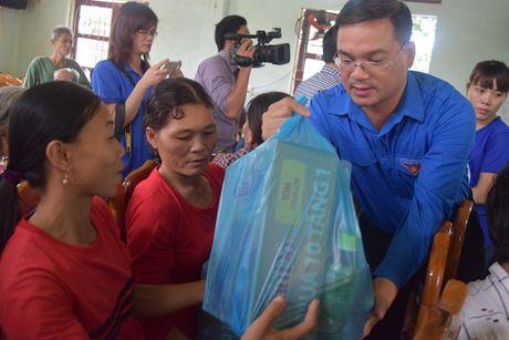 Thanh doan Ha Noi trao qua cho nguoi dan vung lu Quang Binh - Anh 2