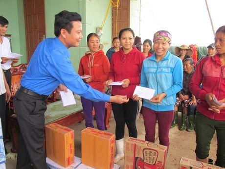 Thanh doan Ha Noi trao qua cho nguoi dan vung lu Quang Binh - Anh 3