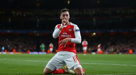 Fan Arsenal doi duc tuong Mesut Ozil - Anh 1