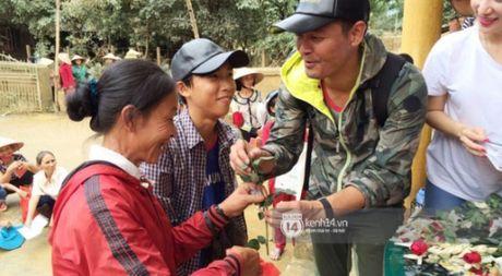 Ngay thu 2 o Ha Tinh, Phan Anh bo tien tui mua hoa hong tang chi em - Anh 1