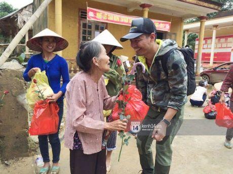 Ngay thu 2 o Ha Tinh, Phan Anh bo tien tui mua hoa hong tang chi em - Anh 6