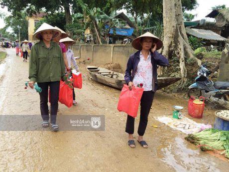 Ngay thu 2 o Ha Tinh, Phan Anh bo tien tui mua hoa hong tang chi em - Anh 8
