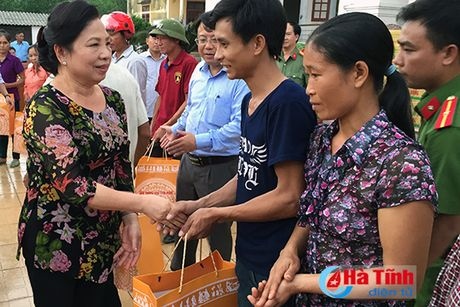 Phu nhan Chu tich nuoc trao qua cho nguoi dan vung lu Ha Tinh - Anh 1