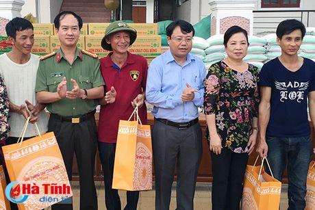 Phu nhan Chu tich nuoc trao qua cho nguoi dan vung lu Ha Tinh - Anh 2