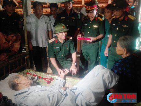 Phu nhan Chu tich nuoc trao qua cho nguoi dan vung lu Ha Tinh - Anh 3