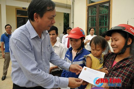 Phu nhan Chu tich nuoc trao qua cho nguoi dan vung lu Ha Tinh - Anh 4