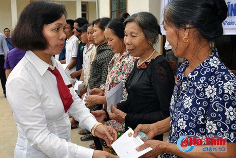 Phu nhan Chu tich nuoc trao qua cho nguoi dan vung lu Ha Tinh - Anh 5