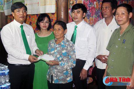 Phu nhan Chu tich nuoc trao qua cho nguoi dan vung lu Ha Tinh - Anh 6