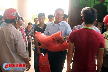 Phu nhan Chu tich nuoc trao qua cho nguoi dan vung lu Ha Tinh - Anh 8