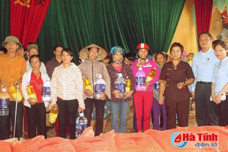 Phu nhan Chu tich nuoc trao qua cho nguoi dan vung lu Ha Tinh - Anh 9