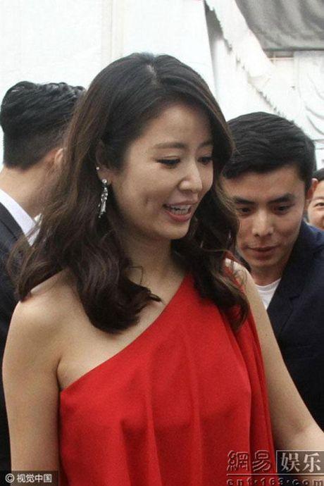 Ba bau Lam Tam Nhu bi nghi 'tha rong' di du su kien - Anh 4