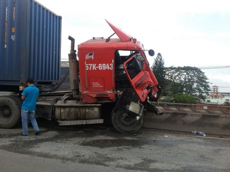 Container bay len dai phan cach tren cau vuot Linh Xuan - Anh 1