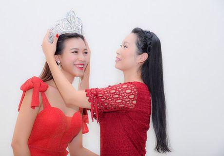 A hau Hoang Oanh bong hoa 'Hoa hau Ao lang' - Anh 4