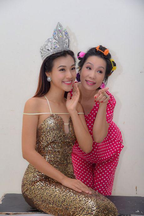 A hau Hoang Oanh bong hoa 'Hoa hau Ao lang' - Anh 6