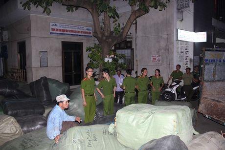 Da Nang: Phat hien 40 tan hang nghi nhap lau tu Trung Quoc - Anh 2