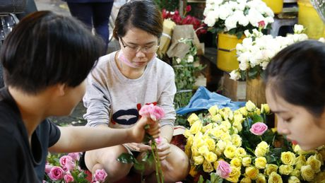 Dan ong Sai Gon di cho mua hoa tang chi em tu mo sang 20.10 - Anh 2