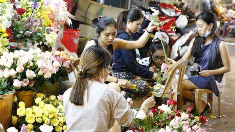 Dan ong Sai Gon di cho mua hoa tang chi em tu mo sang 20.10 - Anh 4