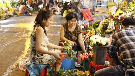 Dan ong Sai Gon di cho mua hoa tang chi em tu mo sang 20.10 - Anh 5