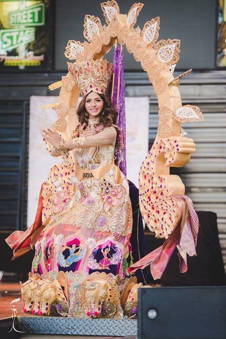 Nguyen Thi Loan lot Top 10 Trang phuc dan toc dep nhat 'Hoa hau Hoa binh The gioi' - Anh 10