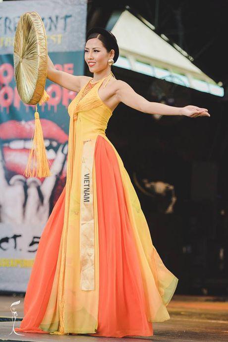 Nguyen Thi Loan lot Top 10 Trang phuc dan toc dep nhat 'Hoa hau Hoa binh The gioi' - Anh 2
