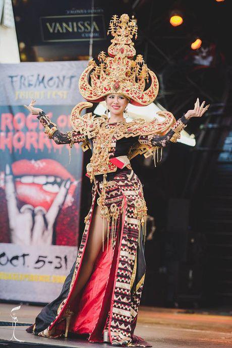 Nguyen Thi Loan lot Top 10 Trang phuc dan toc dep nhat 'Hoa hau Hoa binh The gioi' - Anh 3