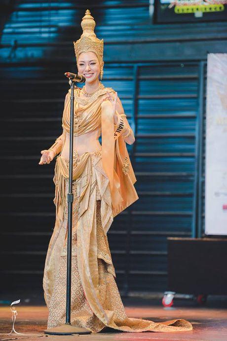 Nguyen Thi Loan lot Top 10 Trang phuc dan toc dep nhat 'Hoa hau Hoa binh The gioi' - Anh 4