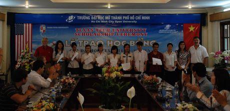 DH Mo TP.HCM trao hoc bong cho sinh vien 6 tinh mien Trung - Anh 1