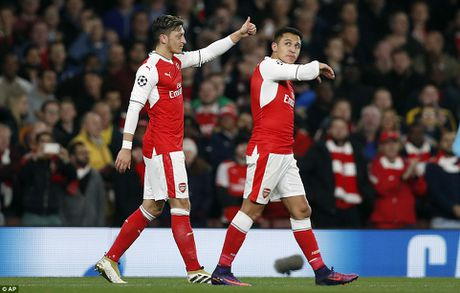 Oezil lap hat-trick, Arsenal len ngoi dau o Champions League - Anh 10