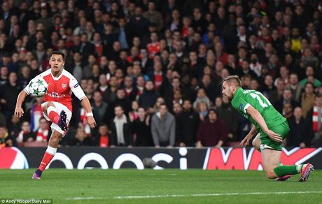Oezil lap hat-trick, Arsenal len ngoi dau o Champions League - Anh 3