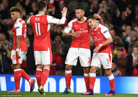 Oezil lap hat-trick, Arsenal len ngoi dau o Champions League - Anh 4