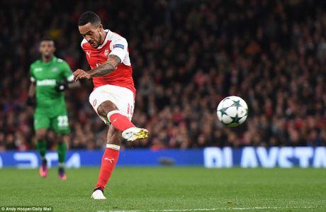 Oezil lap hat-trick, Arsenal len ngoi dau o Champions League - Anh 5