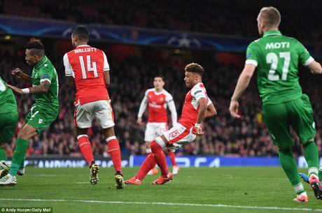Oezil lap hat-trick, Arsenal len ngoi dau o Champions League - Anh 6