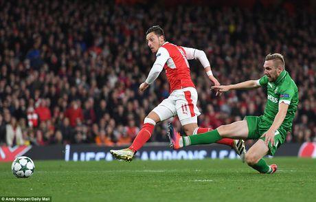 Oezil lap hat-trick, Arsenal len ngoi dau o Champions League - Anh 7