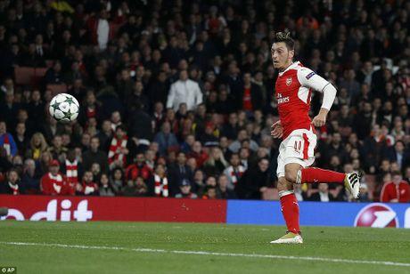 Oezil lap hat-trick, Arsenal len ngoi dau o Champions League - Anh 8